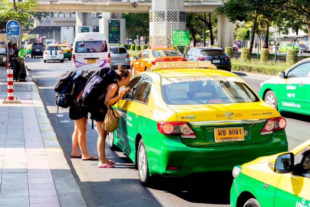 タクシーに行き先を説明している画像
