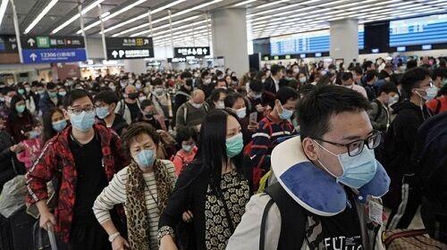 マスク姿の税関待ちの画像