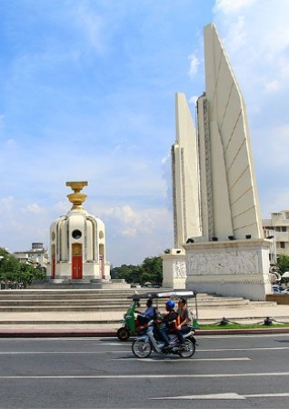 民主記念塔の画像