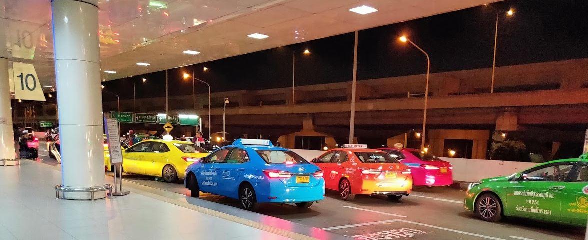 空港の到着ロボータクシー画像