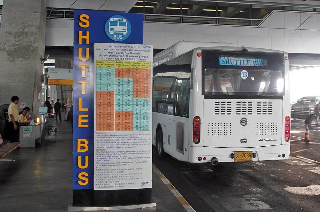 シャトルバスのバス停の画像