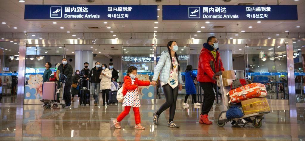 空港のマスク姿の画像